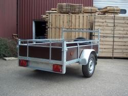 aanhangwagen met houten zijwanden
