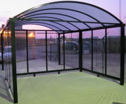 carport met plexiglas zjwand